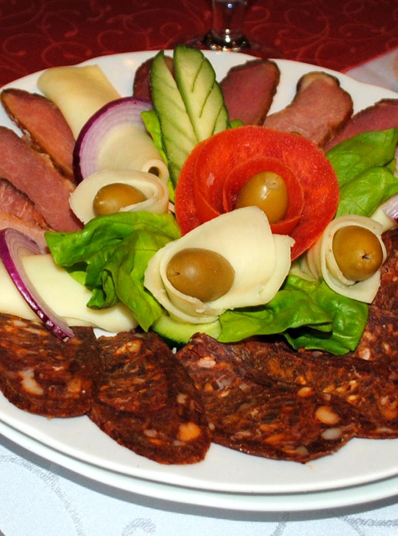 Predjelo - kulen od divljači, domaća pršuta, sir, masline, zelena salata, paradajz
